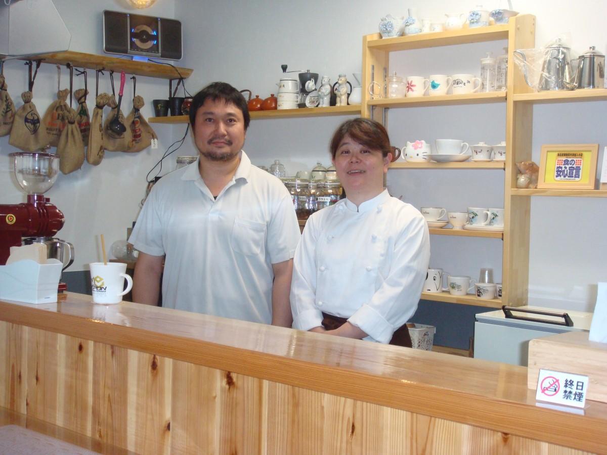 マスターの鳥居さん(左)と店長の竹内さん