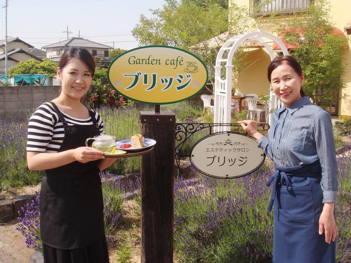 ハーブティーとシフォンケーキを手にする店長の田中沙織さん(左)と母の生田まゆみさん