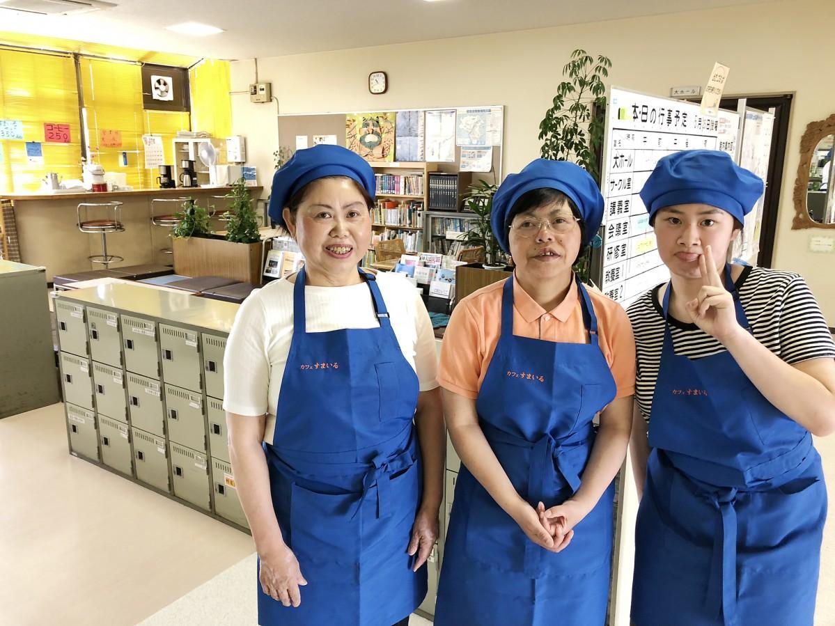 COOKIESすまいるのスタッフ(左)須藤美智子さん(中)元栄環さん(右)高松優美さん