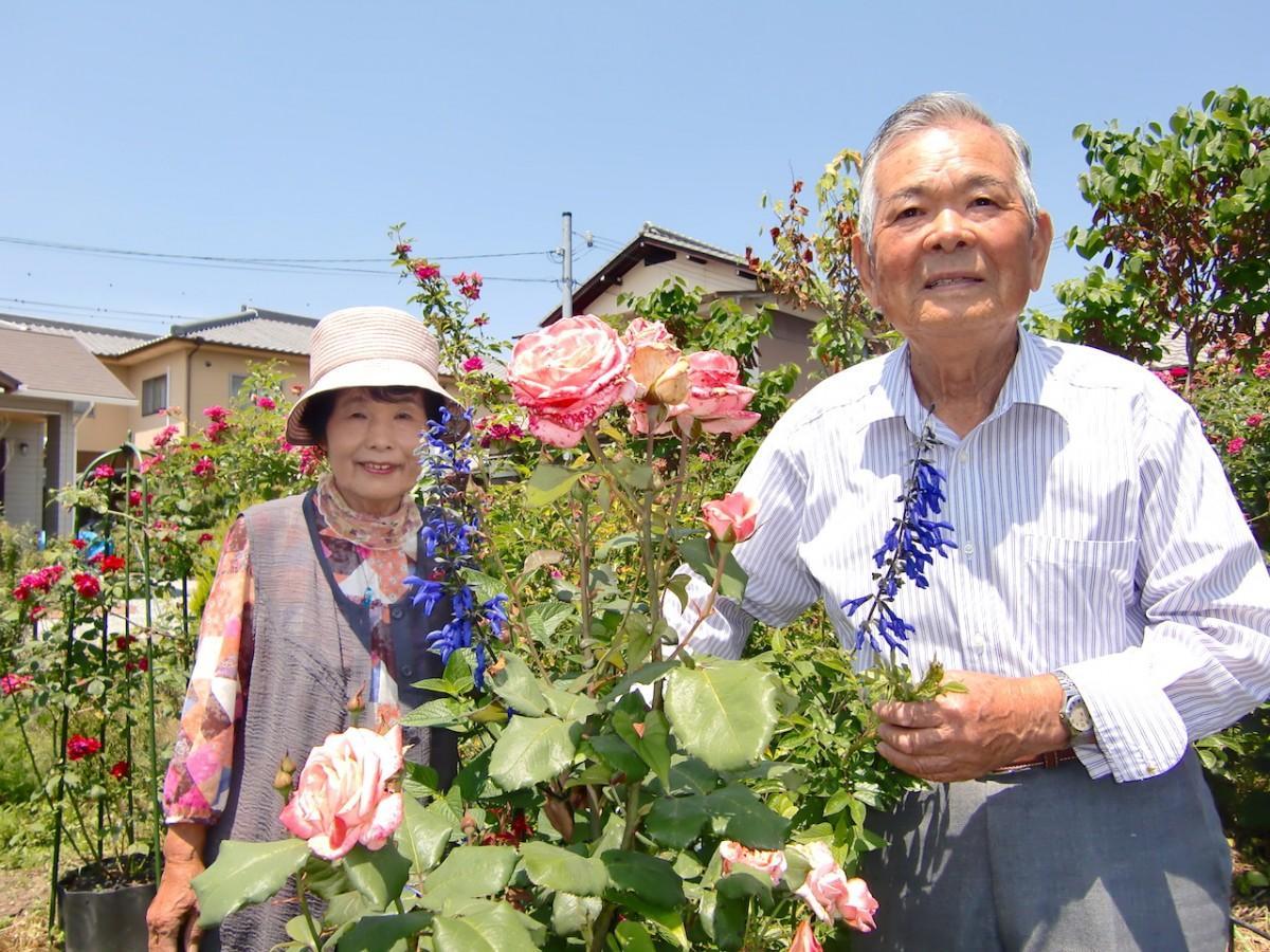 庭先でお花を紹介する竹中さん夫婦