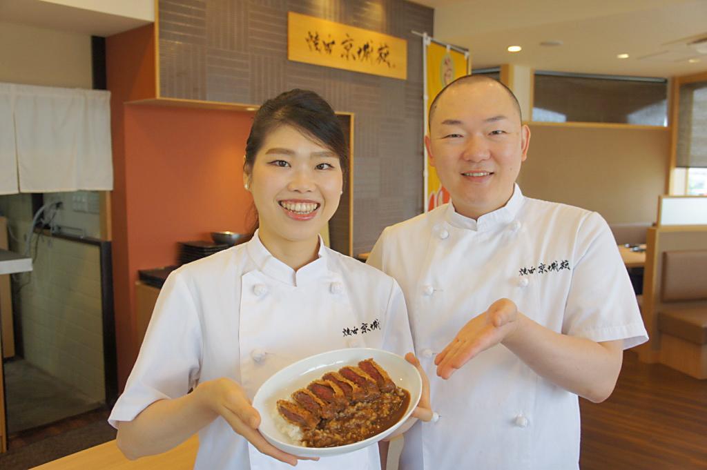かつめしを紹介する玉岡貴江さん(左)と店主の玉岡守仁さん(右)