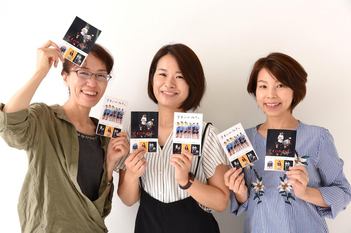撮影会を案内する山田副社長(中)、スタッフの清原さん(左)と平沼さん