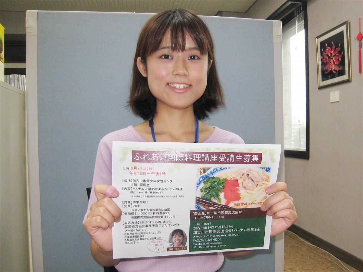 イベントをPRする「加古川市国際交流協会」の梅谷さん