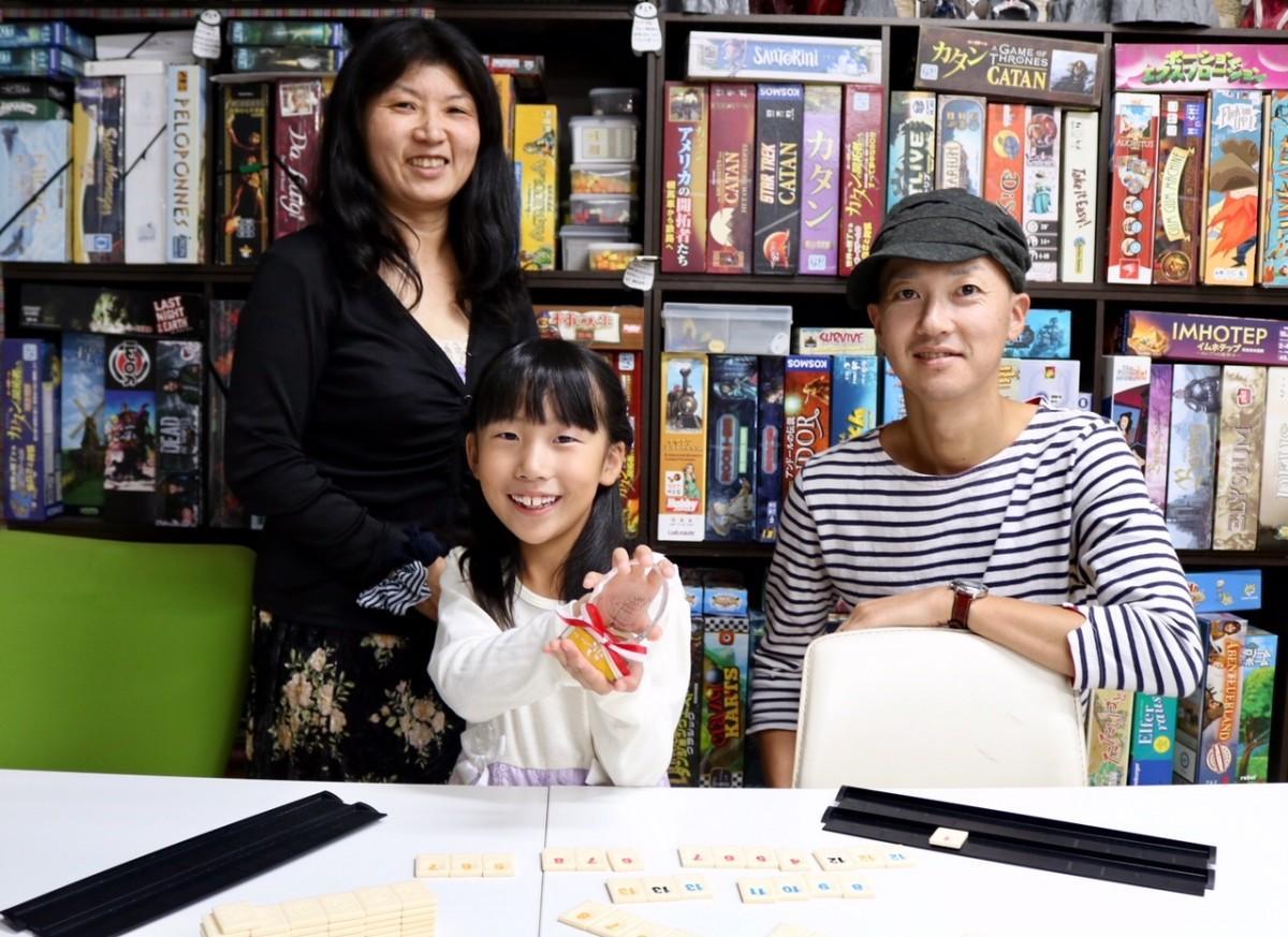日本一に輝いた小山那奈さん(中央)と入賞した内海満香さん(左)と、西村剛直さん(右)