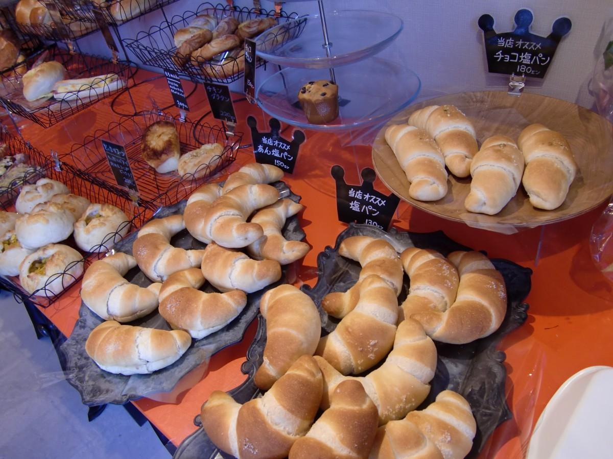店内に並ぶ人気の塩パン