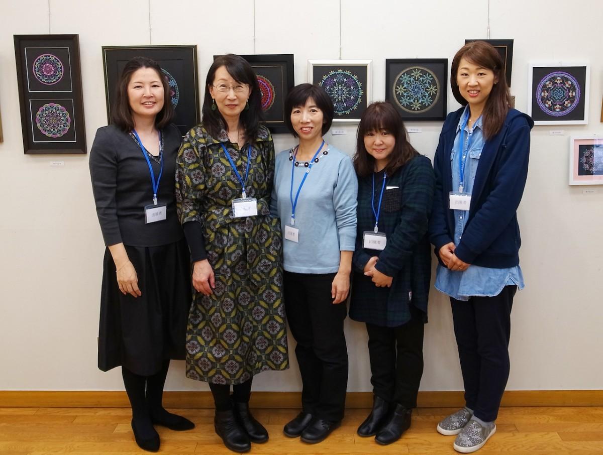 作品を出展したメンバーら(左から山田さん、小島さん、奥田さん、松下さん、中原さん)