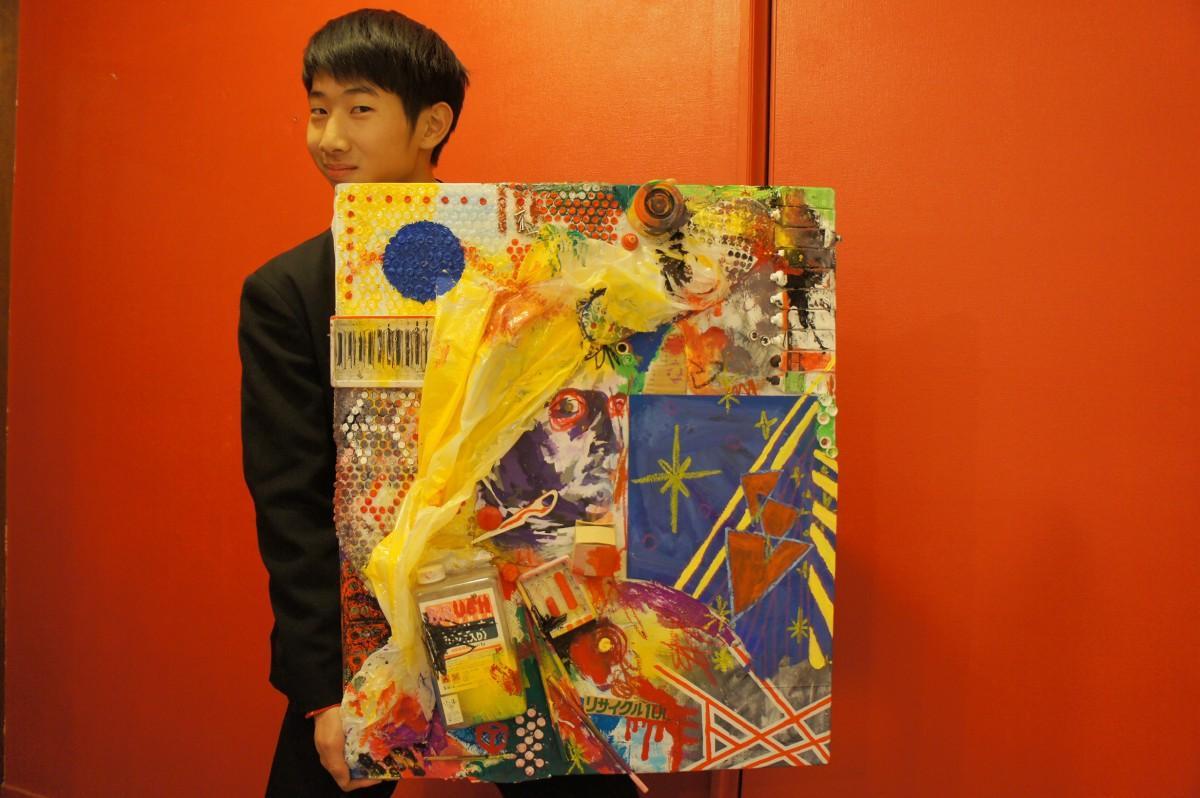 作品名「美術室」を持ってイベントをPRする東條新さん
