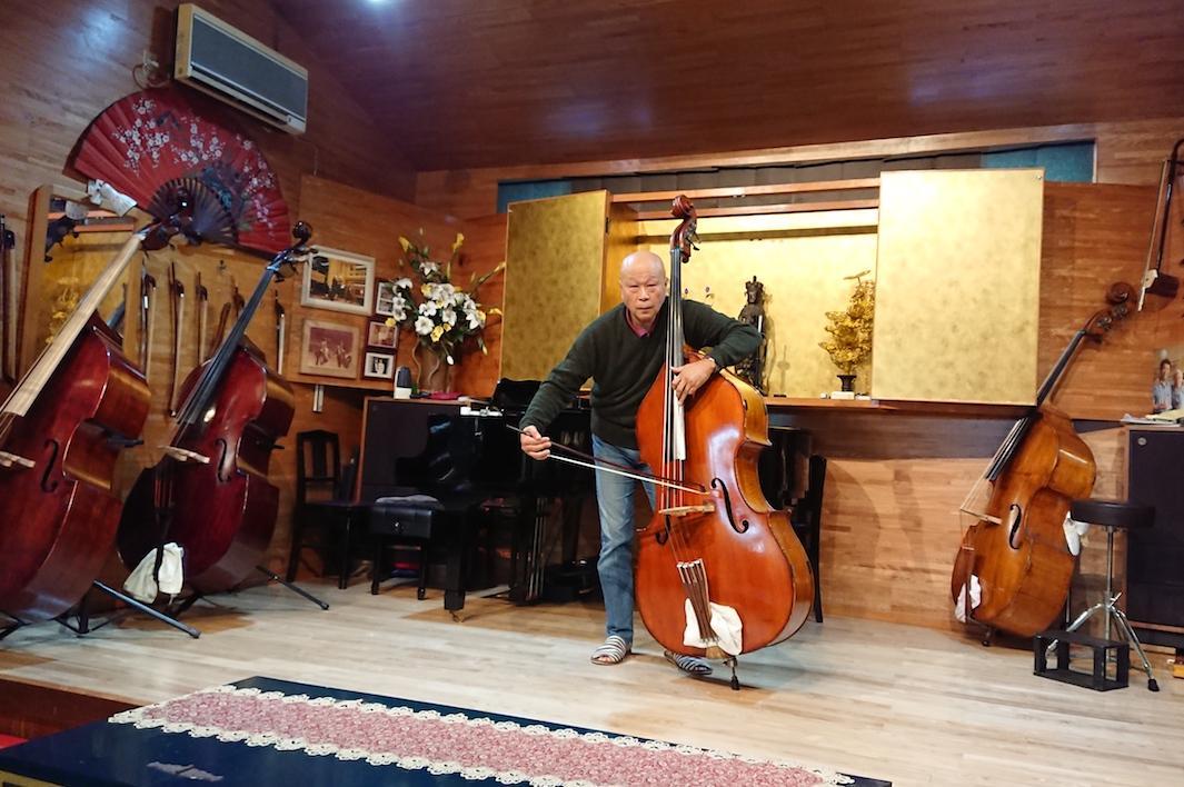 会場のステージでコントラバスを演奏する長谷川さん