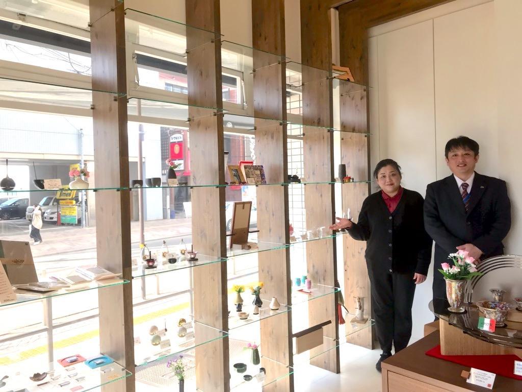 (左から)高尾奈緒美さん 店長の奥村康則さん