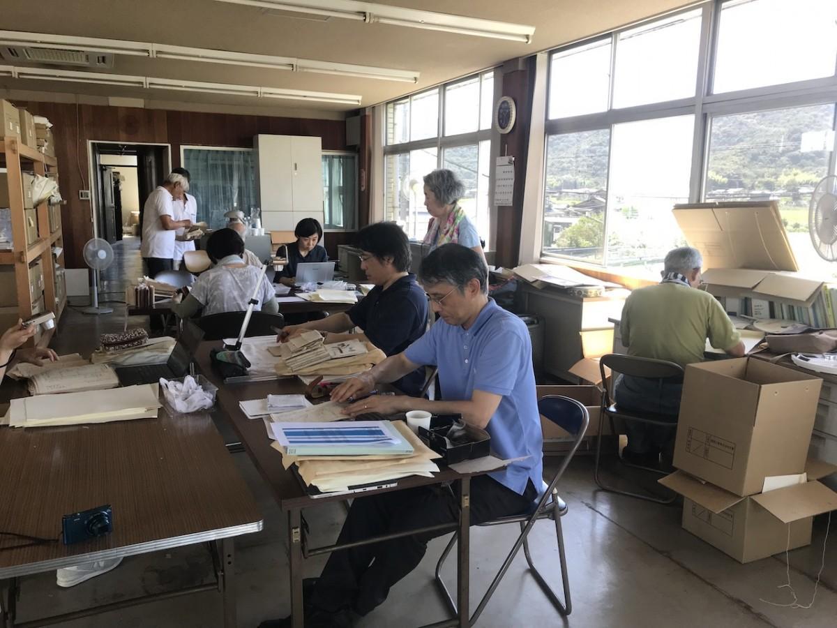 文書の整理作業を行う保存会のメンバー