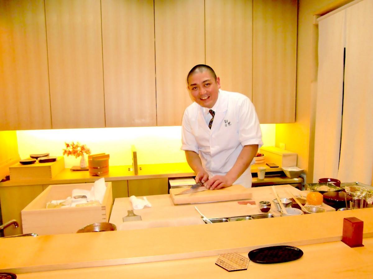 寿司をつくる松尾さん