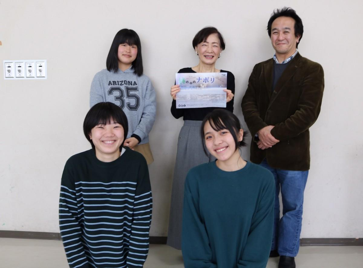 代表の橘 美恵子さんと、劇団の皆さん