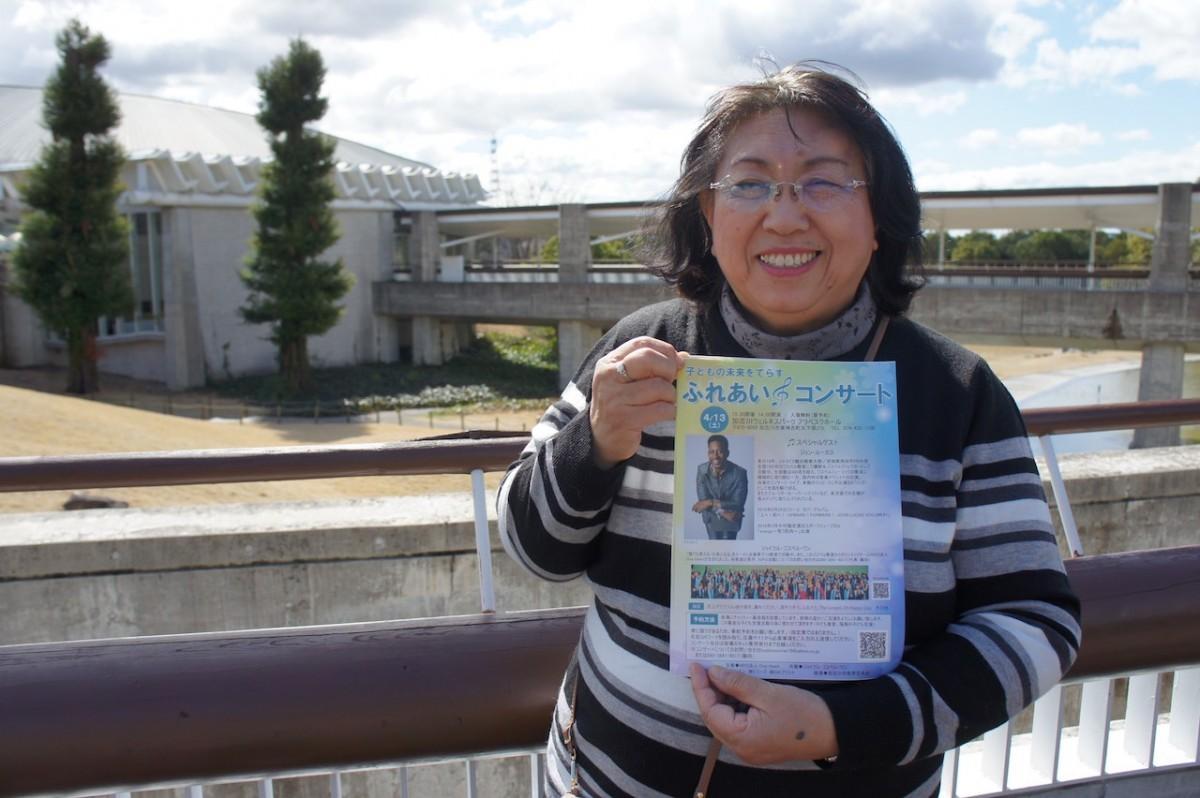 アラベスクホールの前でコンサートをPRする藤田のりえさん