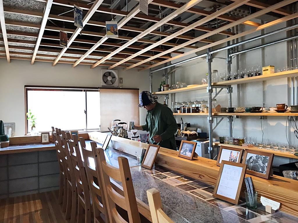 コーヒーを入れる田中さんと店の様子