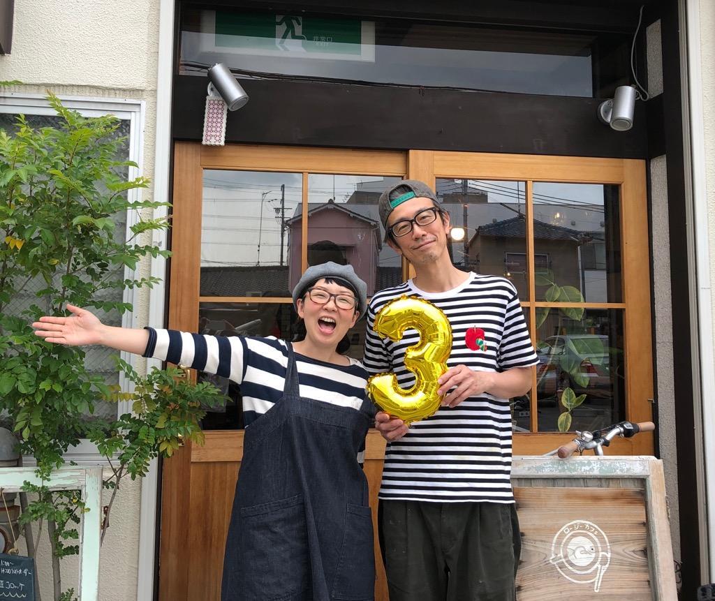 笑顔を見せる柚原さん夫妻