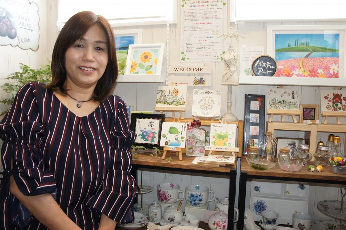 作品を紹介する馬場寿子さん