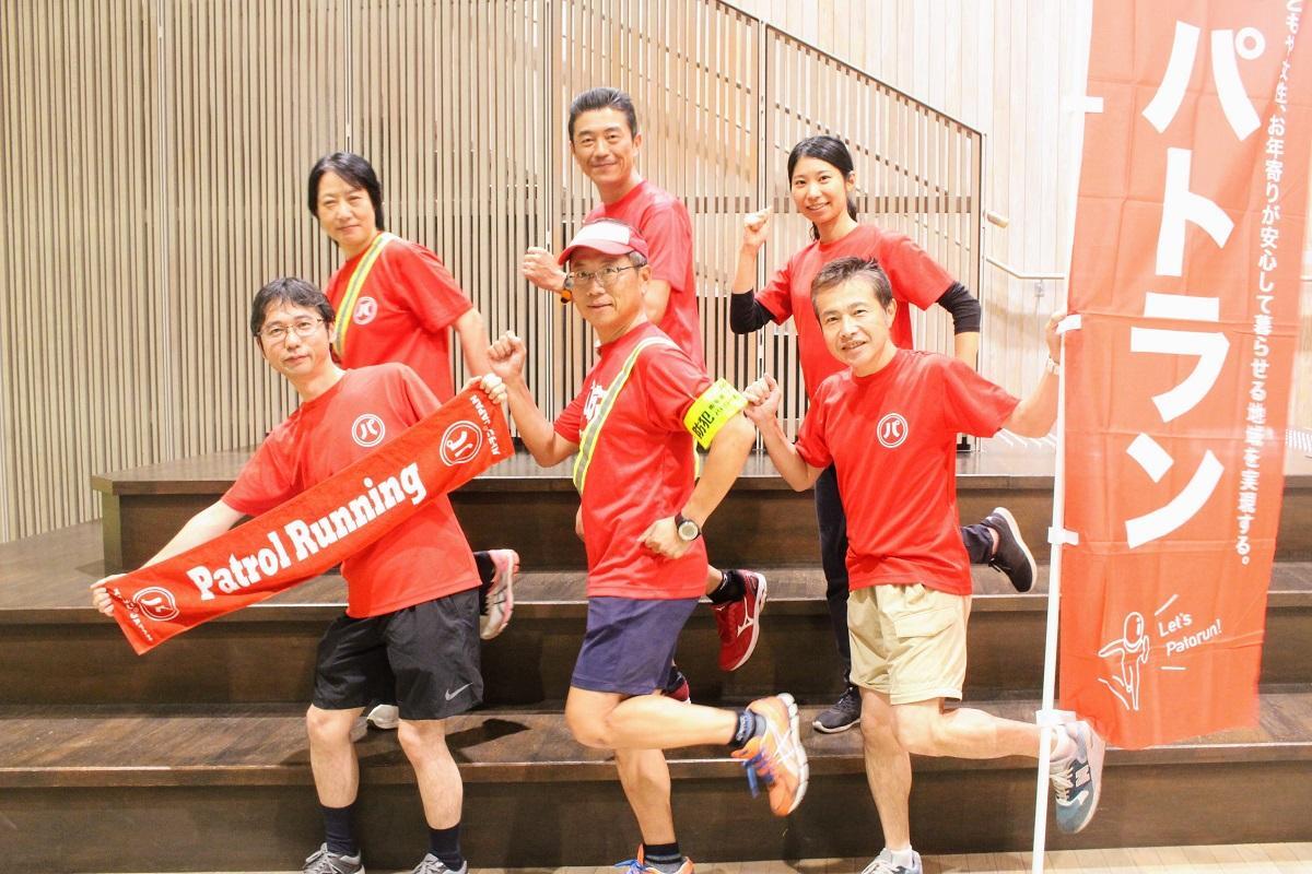 特徴的な赤いTシャツを着るメンバー