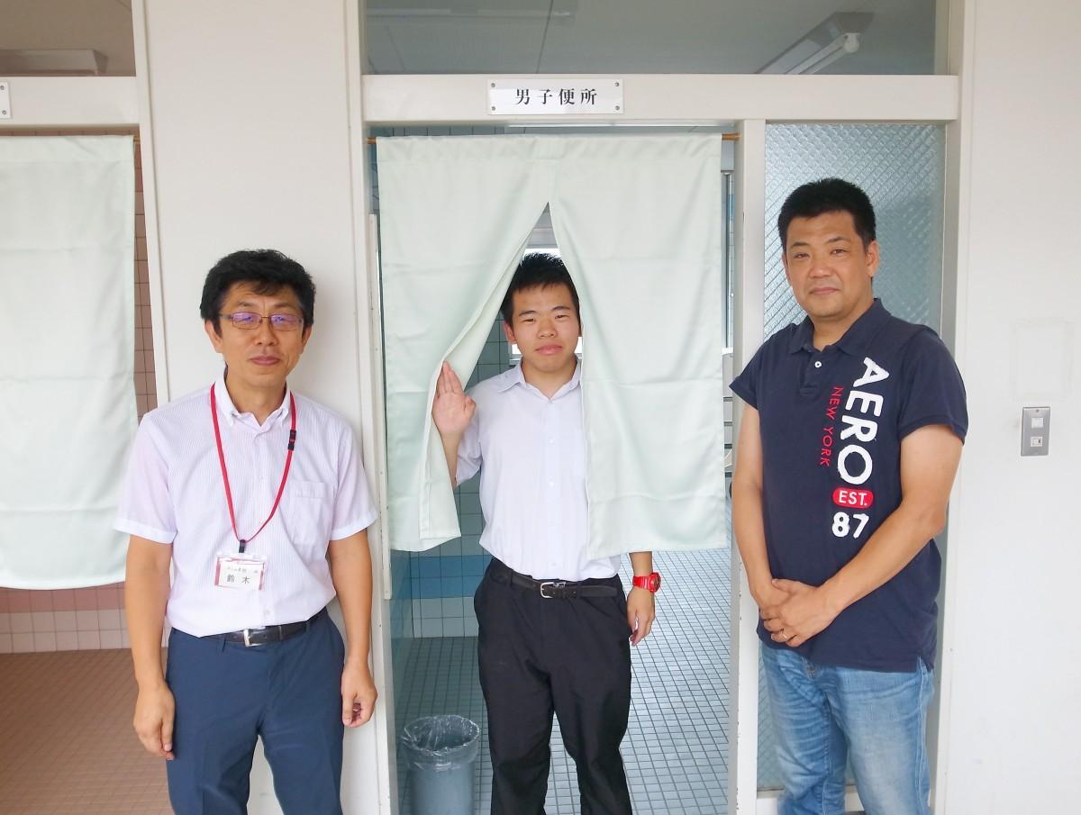 設置したのれんと現PTA会長の鈴木さん(左)、沼田さん(中)、前PTA会長の堀之内さん(右)