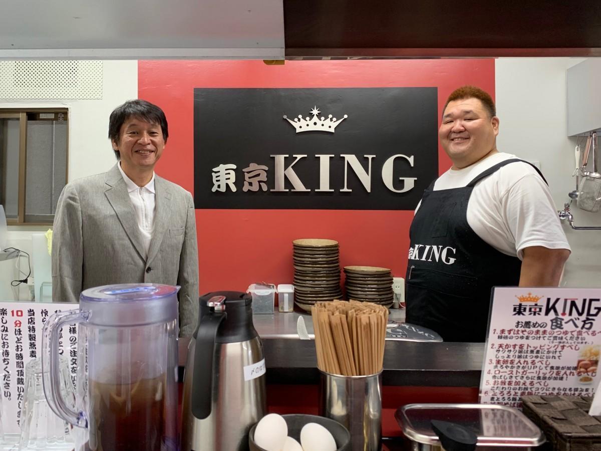 つけそば専門店東京KINGオーナーで墓石販売社長・山本俊之さんと店長の若翔洋俊一さん