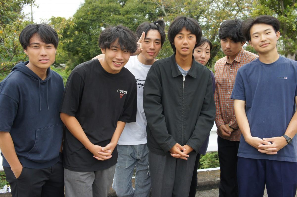 監督の滝大雅さん(右から4人目)と同志社大学自主制作映画サークルF.B.Iの制作メンバーたち。