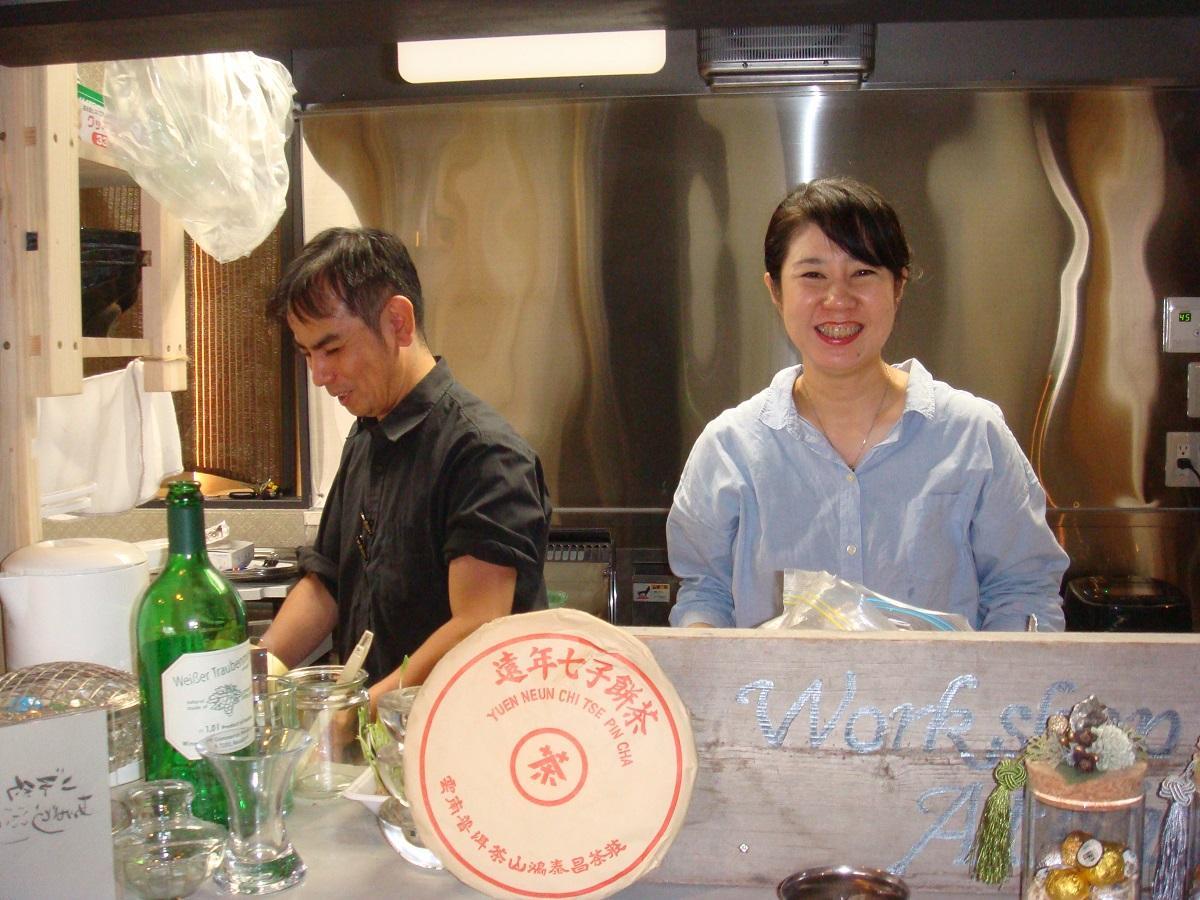 店長の小原さん(左)とスタッフの茶谷さん