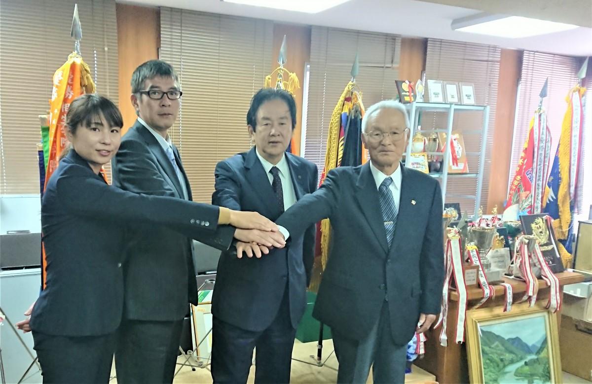 (左から)井上コーチ、神屋監督、森理事長、渡辺顧問