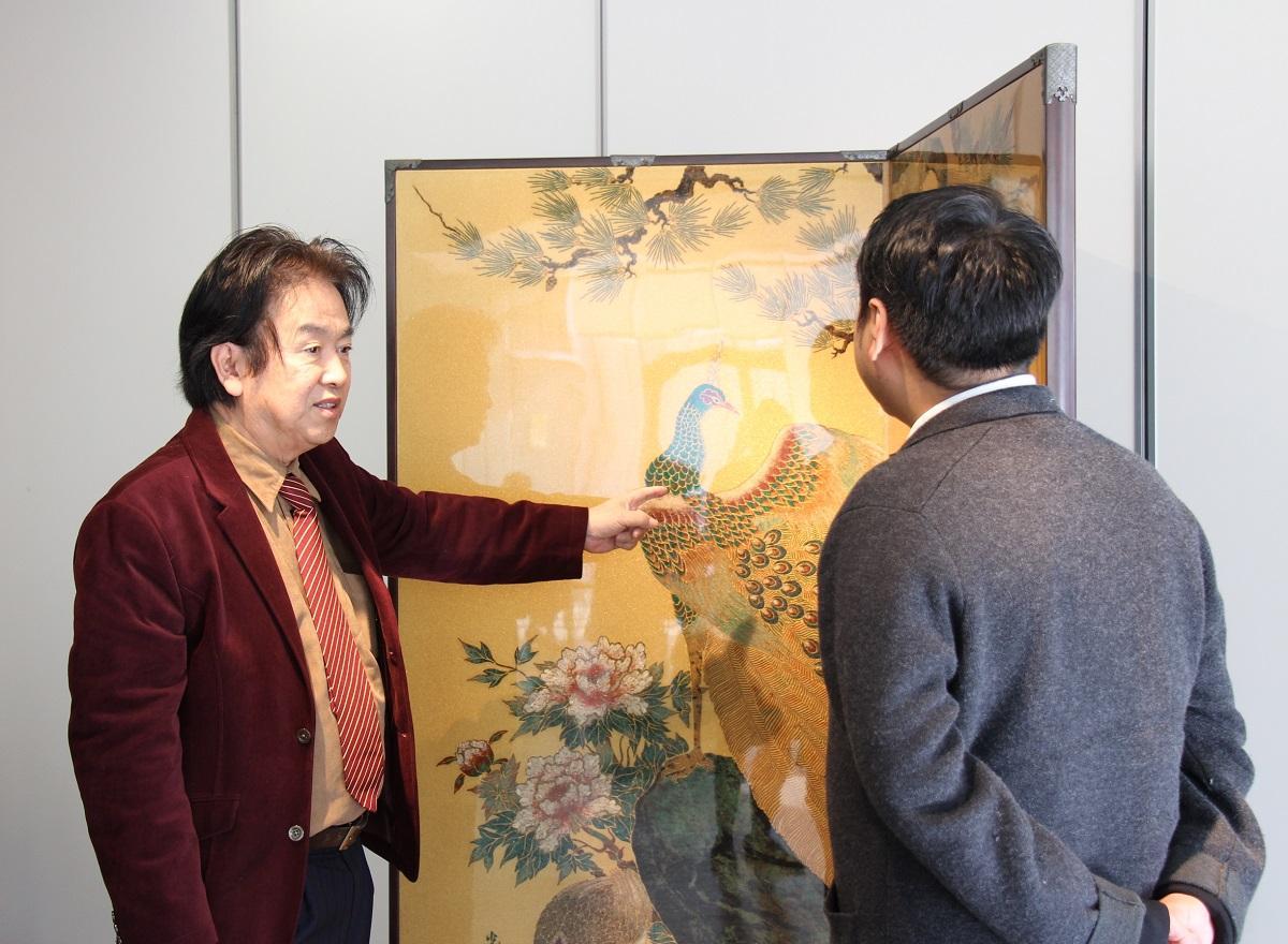 美術品を説明する森社長