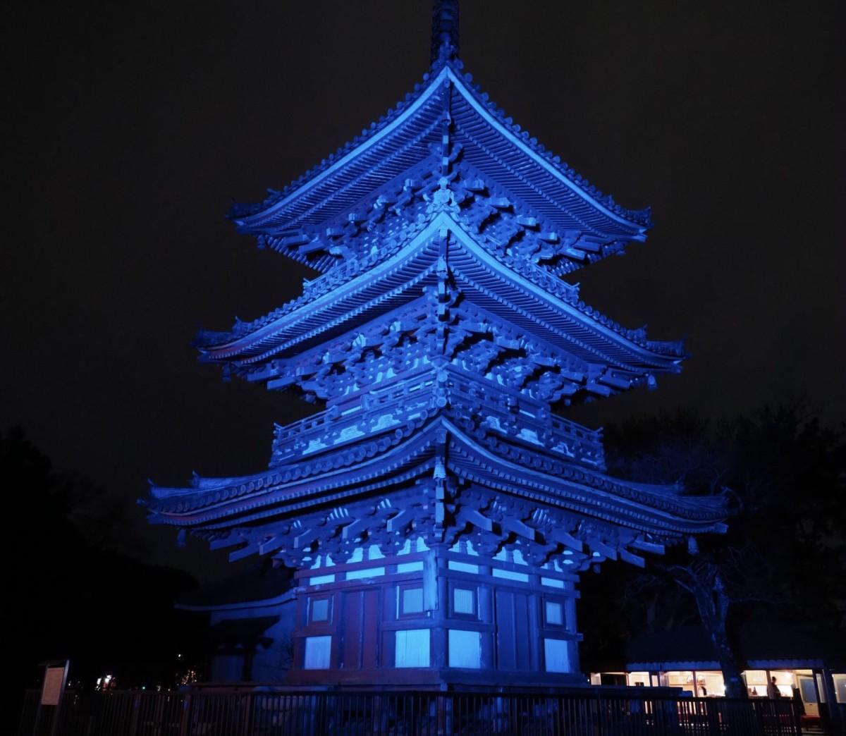 昨年ブルーにライトアップされた鶴林寺の様子