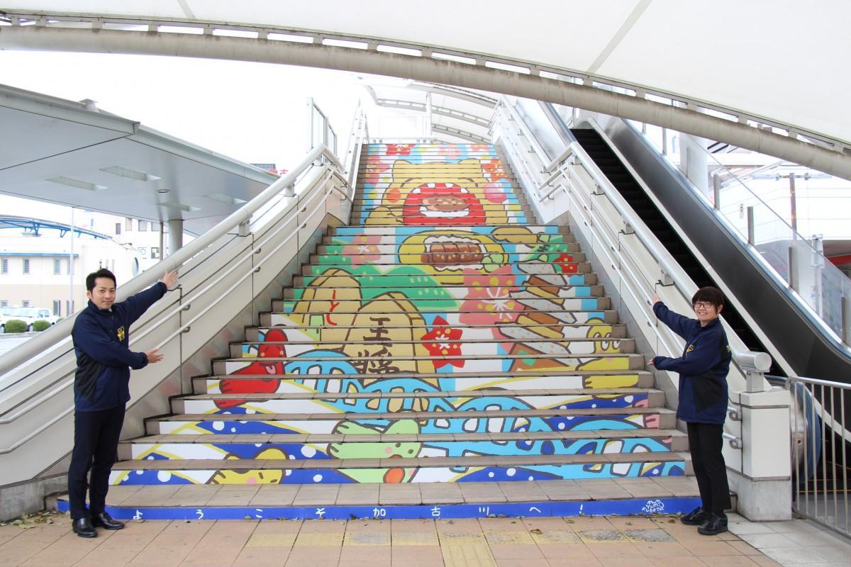 駅とカピルビルをつなぐ階段に掲示中の階段アート