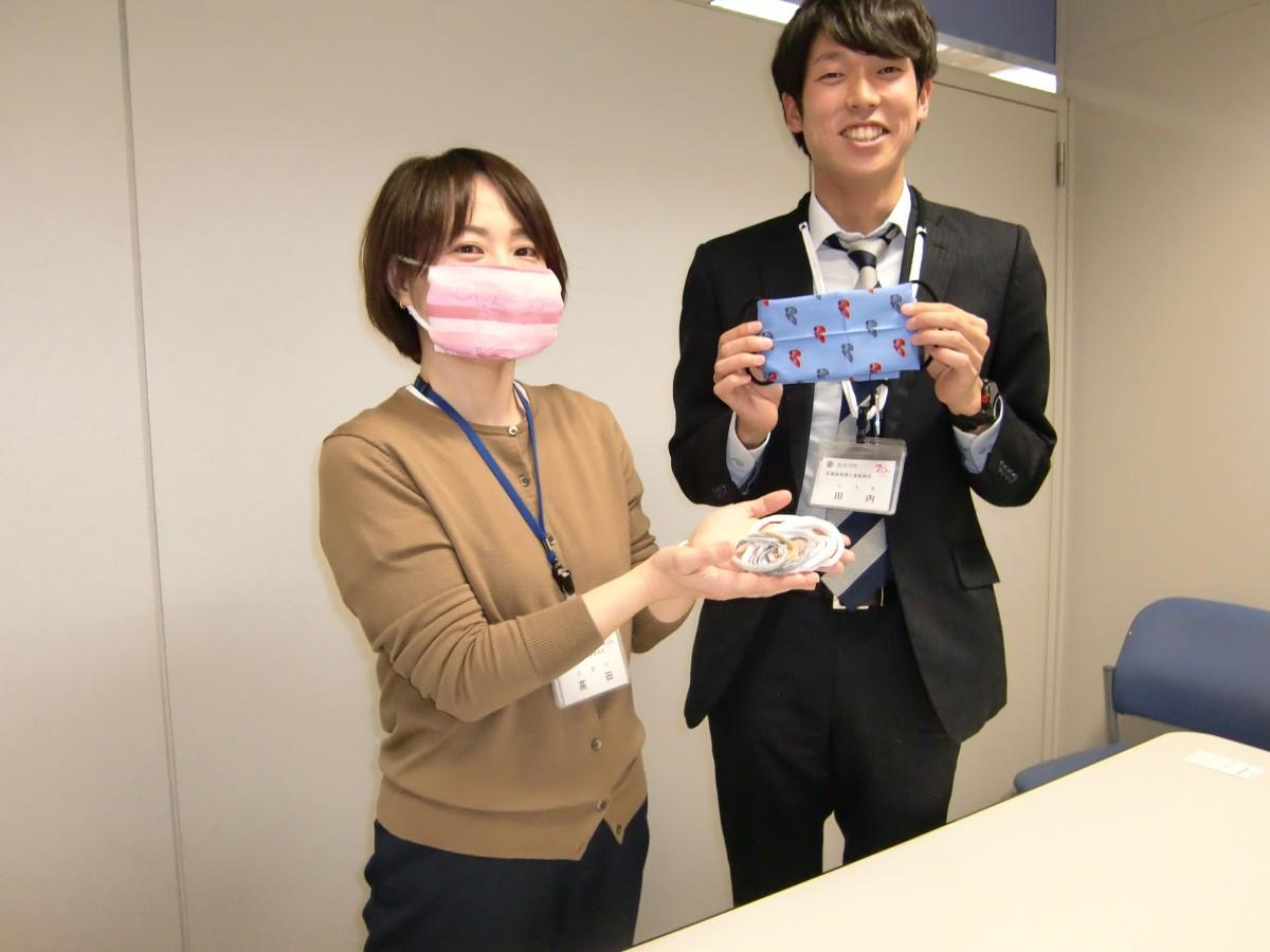 (右から)ハンカチマスク作りをPRする田内さんと高田さん
