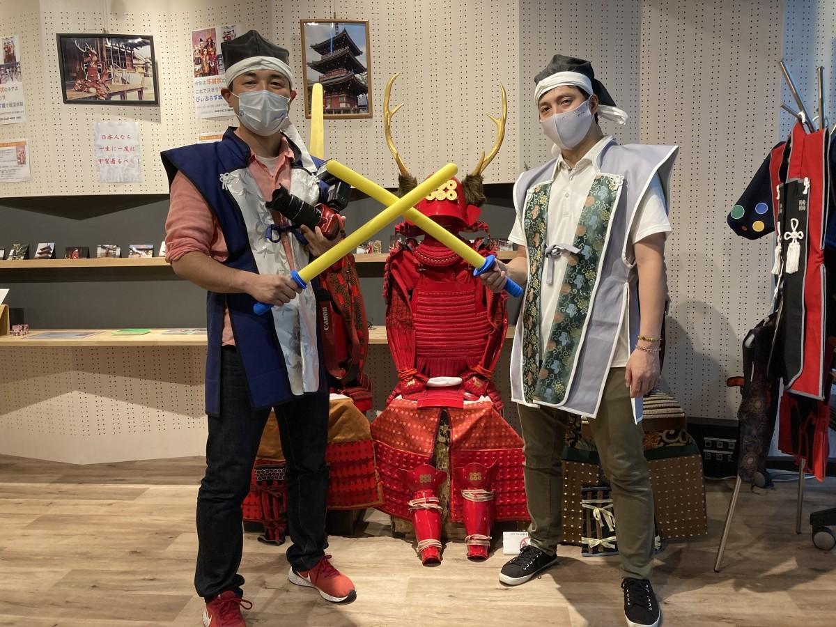 甲冑と一緒に(左)増田さん(右)藤井さん