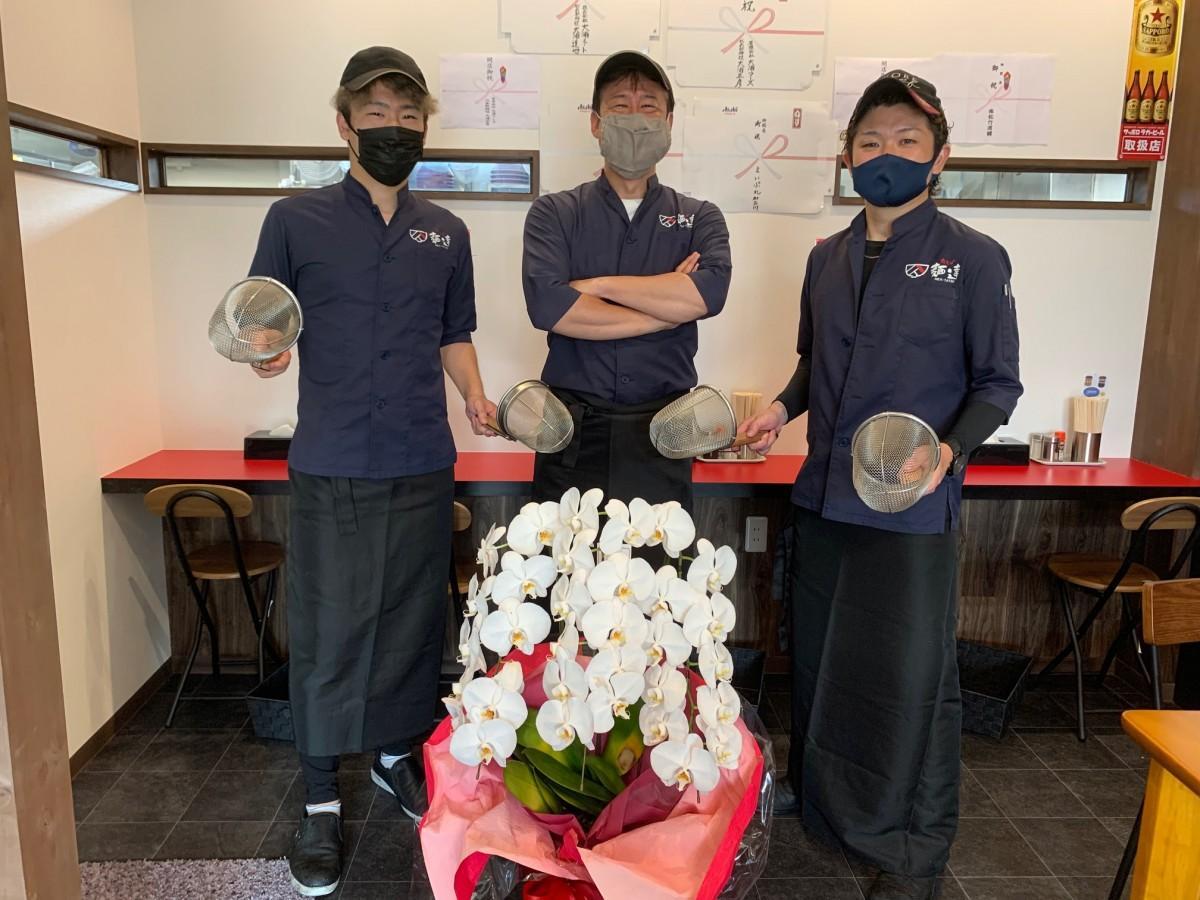代表オーナーの久保秀樹さん(中央)、統括マネジャーの櫻田卓哉さん(右)、スタッフの勇人さん(左)