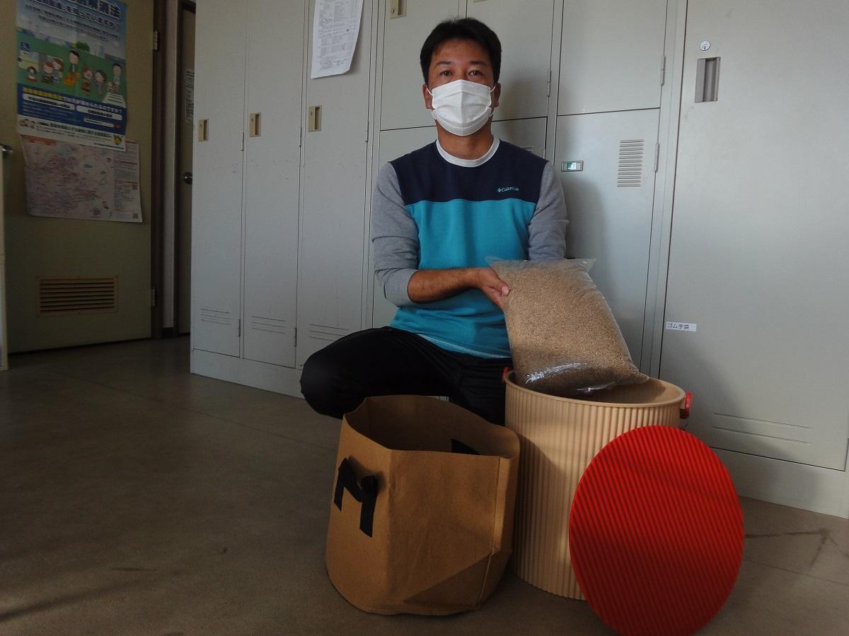 竹粉を手にする地域支援事業所「ぱれっと」田中敬悟所長
