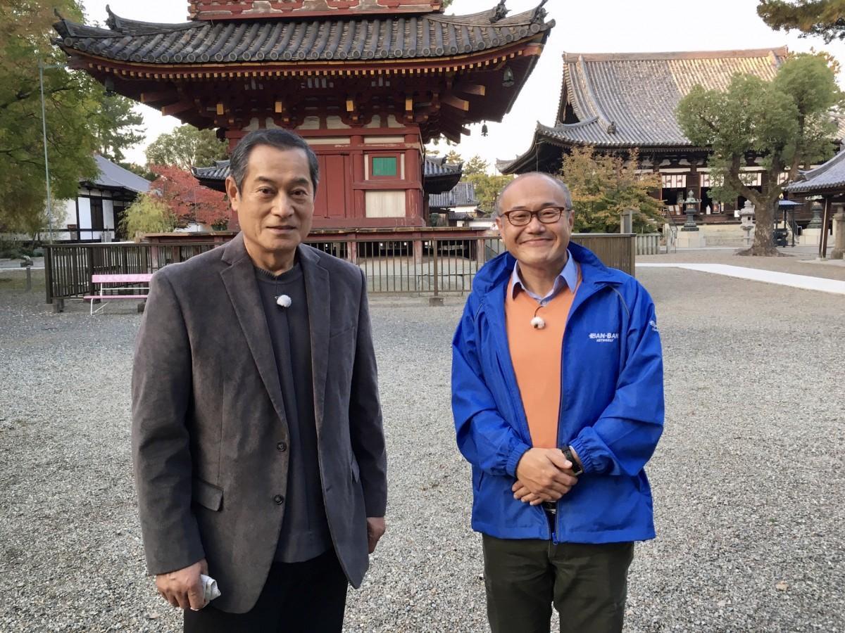 出演者の松平健さん(左)とスパイシー八木さん(右)