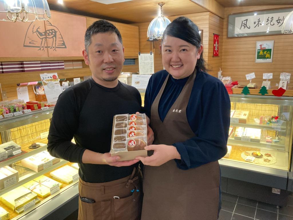 「鹿児のもちショコラ」と「サンタどら焼き」詰め合わせをPRする宮田さん夫妻