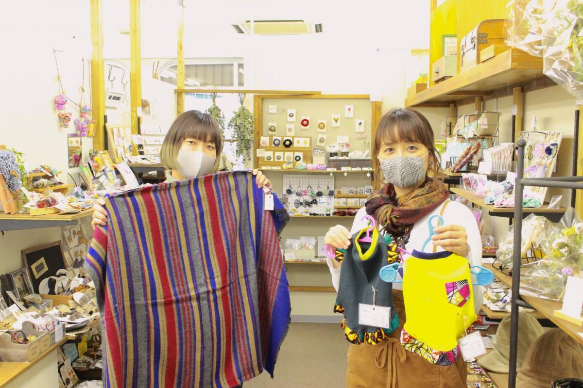 おすすめの商品を紹介する中谷さん(左)、竹歳さん(右)