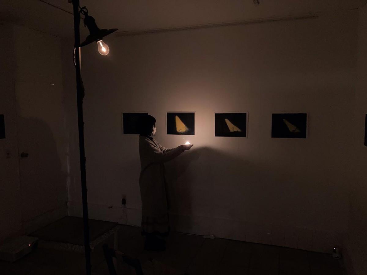 「現実」と「非現実」の「灯り」と「暗闇」のインスタレーション