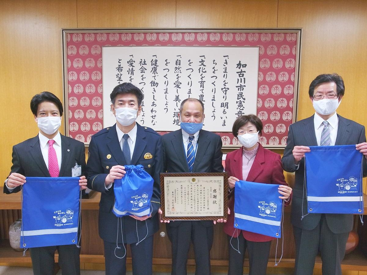 贈呈式の出席者(左から岡田市長、大松署長、古庄社長、松尾教育長、浅原教育長)