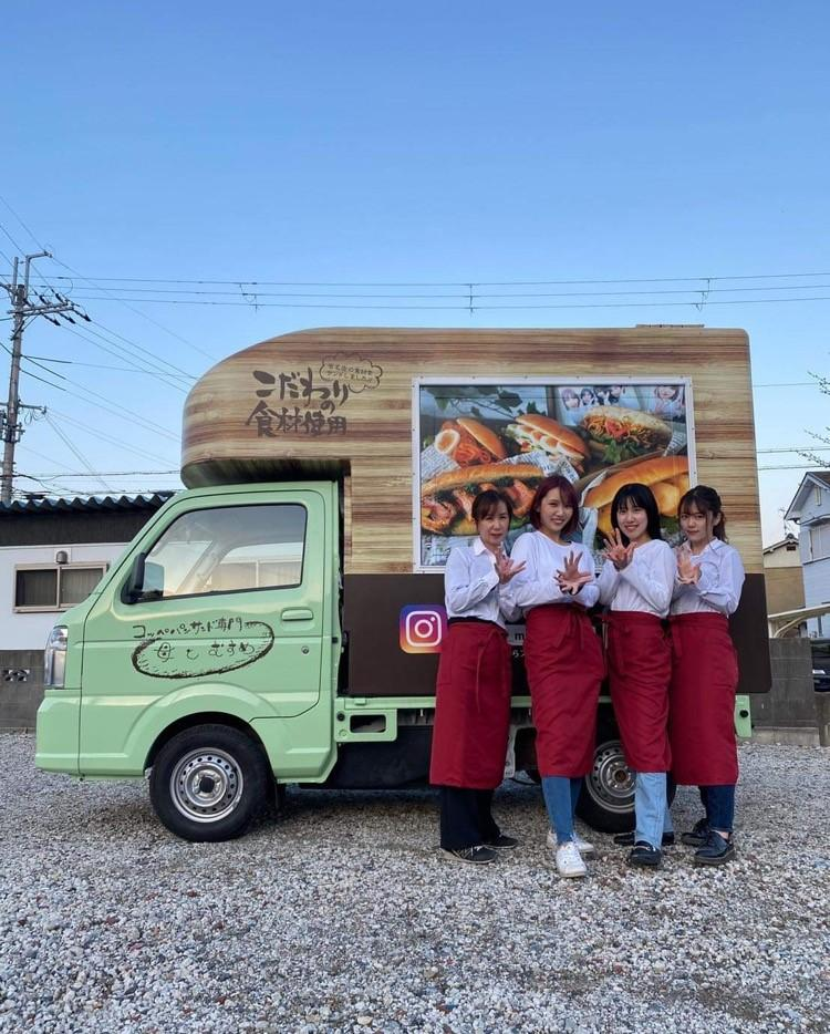 キッチンカーと山本千代香さん、長女濱尻世莉果さん、次女山本エリナさん、三女山本さとさん。