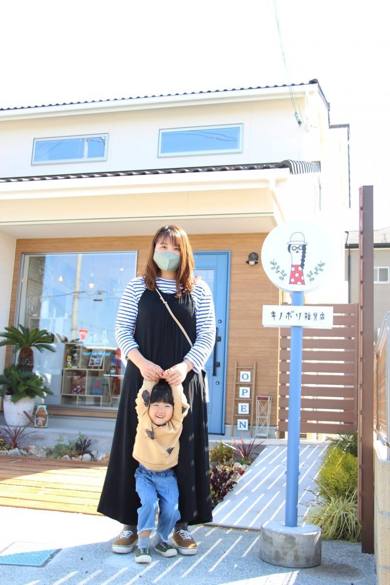 子どもと店の前に立つ店主の下田さん
