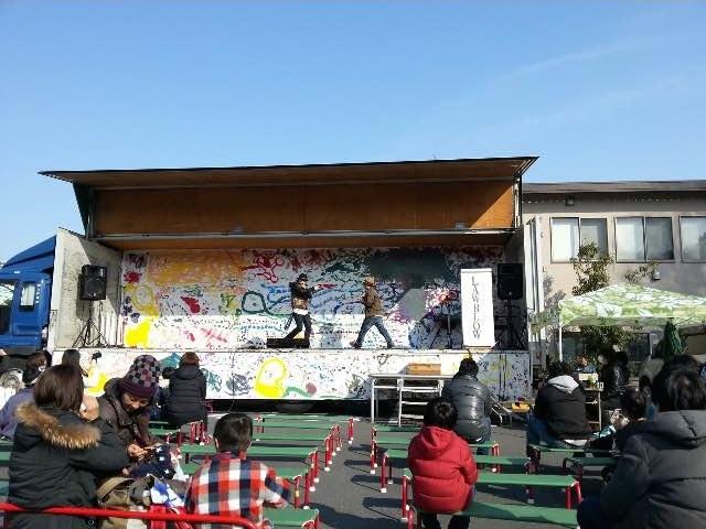 東北で活躍中のミュージシャンらのライブを行う仮設ステージ(昨年の様子)