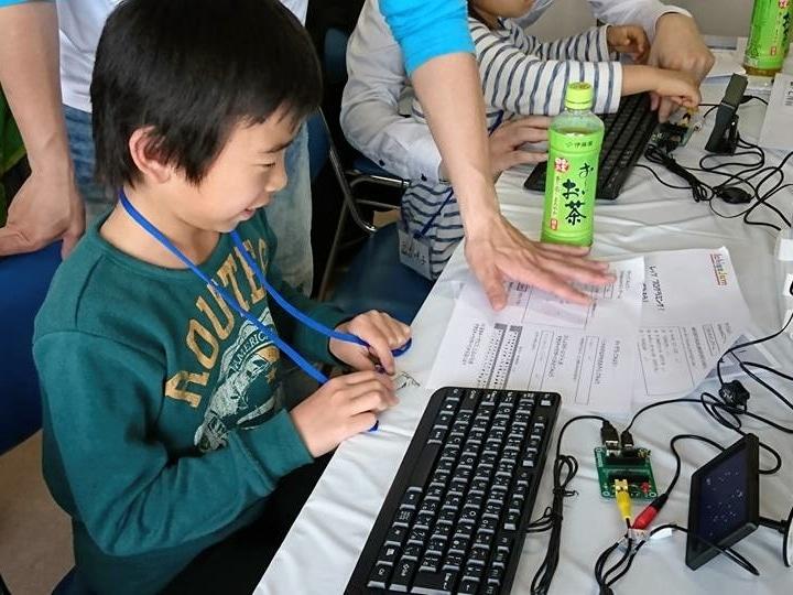 自分で組み立てた手のひらサイズのパソコンでプログラムを組んでゲームを作る