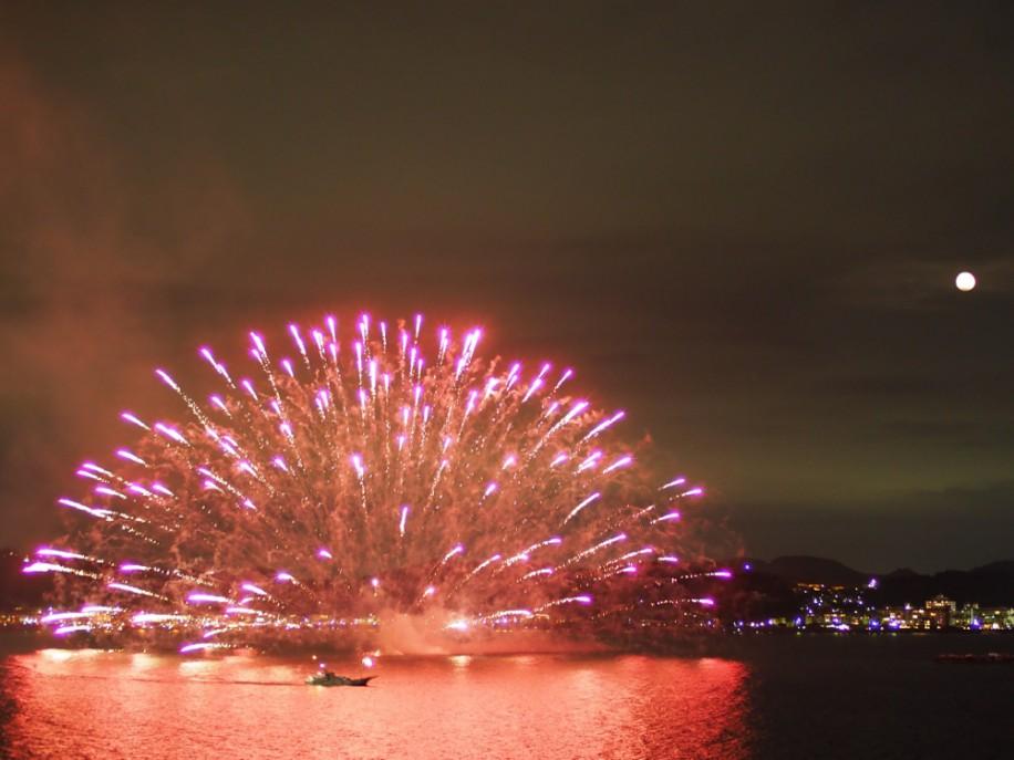 昨年の花火大会の様子。夜空に打ち上がるだけでなく、海水に広がる水中花火も見どころ