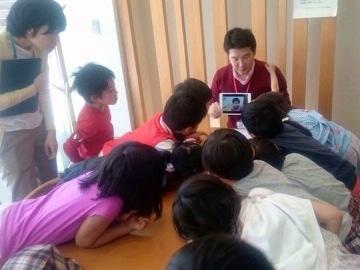 子どもたちと一緒に動画を編集中。地面だけを撮り続けた子どもの映像に大人たちが驚かされたという