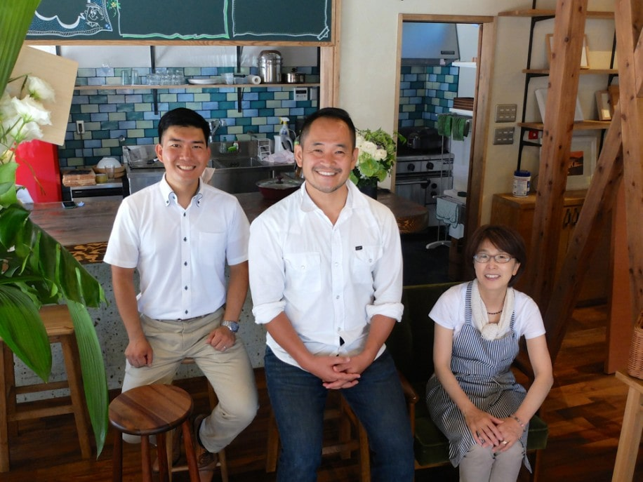 開店準備中だった西本社長(中央)とスタッフ。3人の奥にはレストランにあるような本格的なキッチンが見える