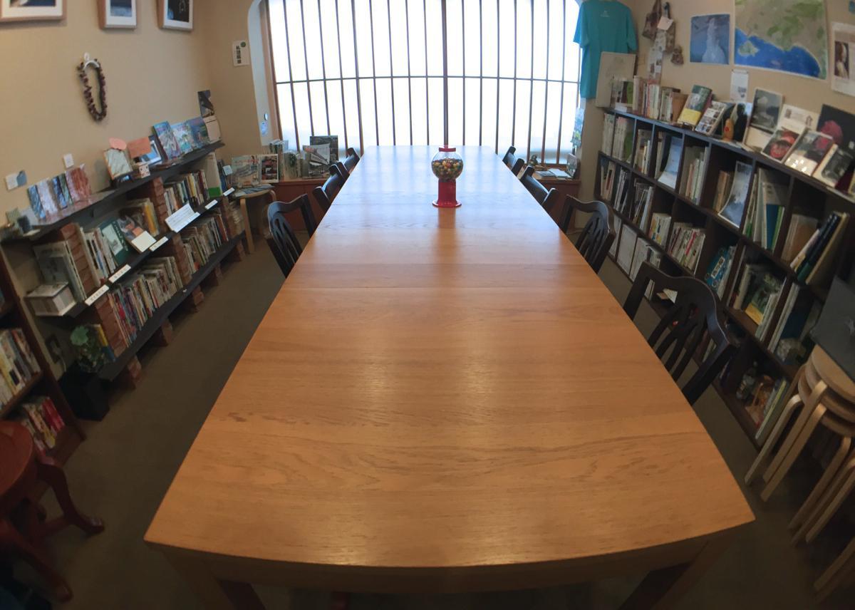 当日持ち寄られた本が並ぶテーブル。周囲の本棚には鎌倉ゆかりの本だけが並ぶわずか7坪のスペース