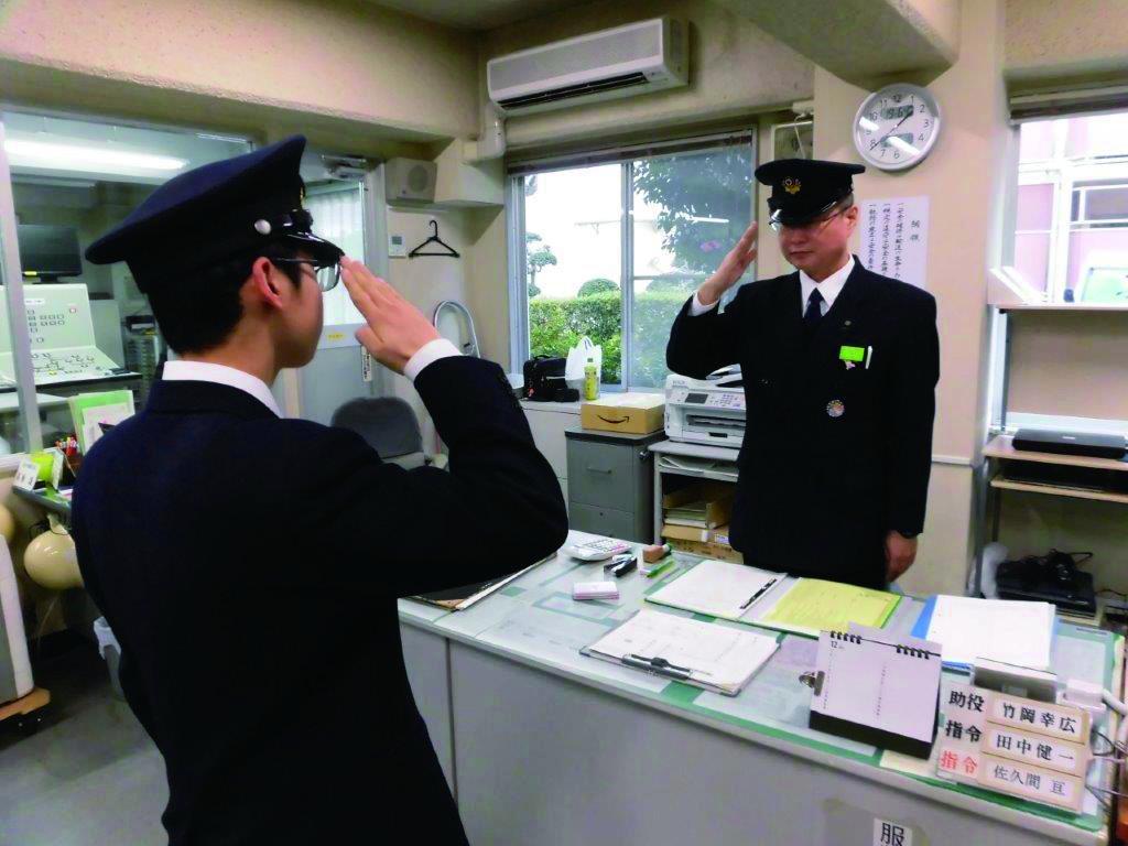 司令室での点呼の様子。日常的に行われている業務を体験。運転士気分も味わえる