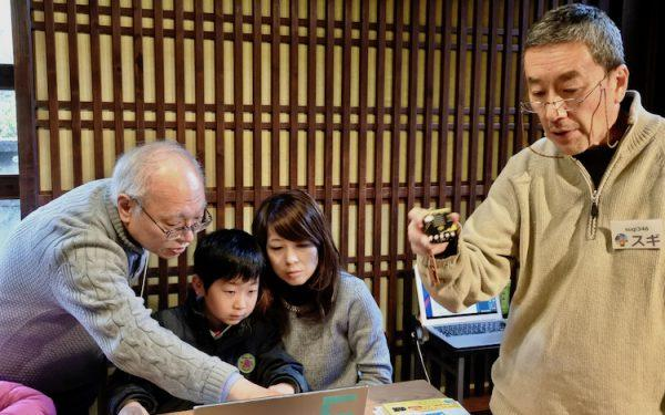 講師のおじちゃんとお母さんと子どもの3世代がものづくりを通してコミュニケーションする