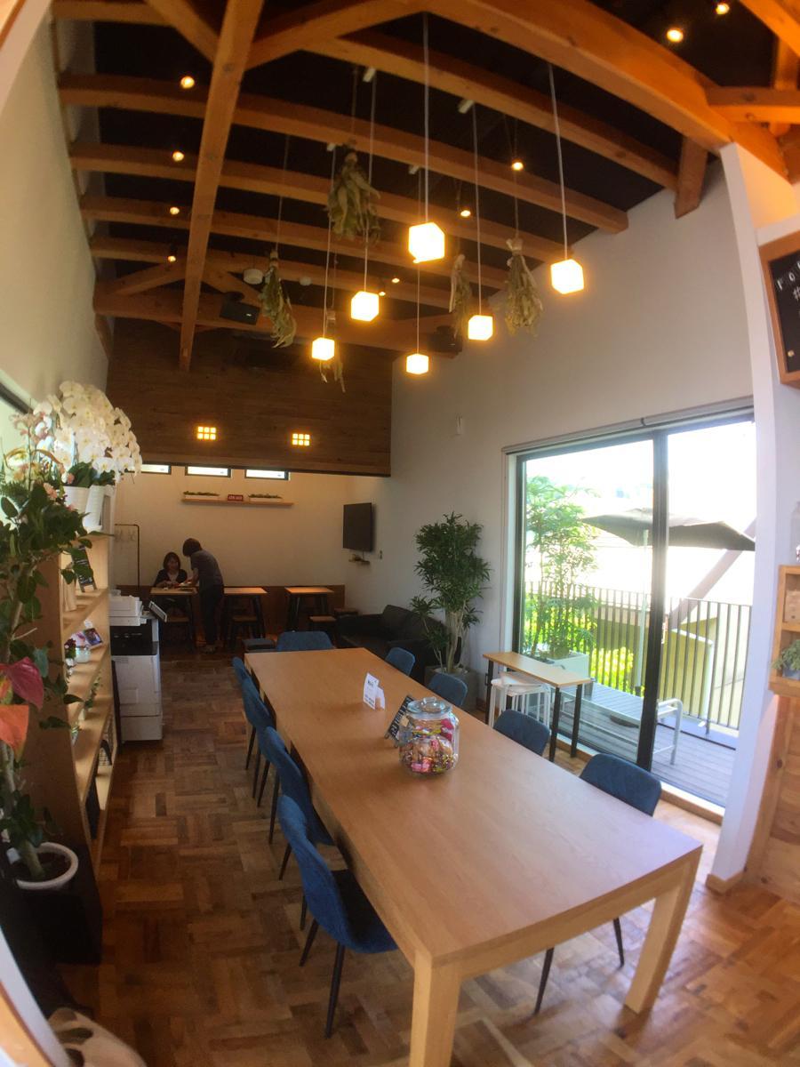 大小のテーブル席を中心にソファー席、カウンター席、テラス席も用意。店内には遊び心あふれるキューブ型の電球も