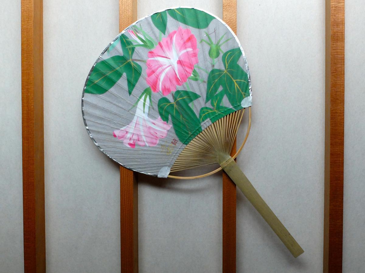 中島千波さんが描いた「あさがお」。うちわの外周には銀色の縁取りが施されている